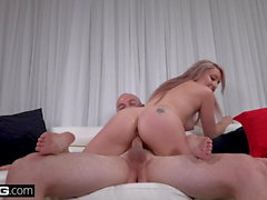 Teen Valerie White gives roadhead & fucks in the backseat