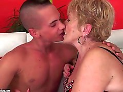 Kissing and eating out a horny granny